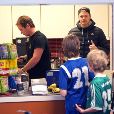 Gör som A-lagets kapten Leo Englund och hjälp till i kiosken!
